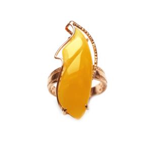 Кольцо с позолотой янтаря медового цвета
