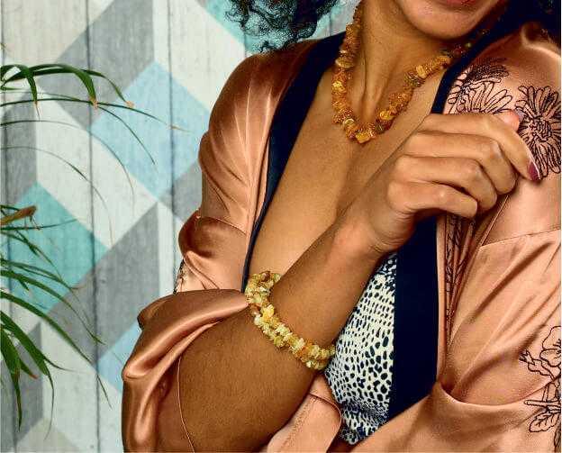 Бусы и браслеты из необработанного янтаря