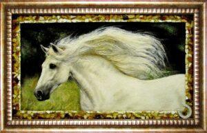 лошадь белая из янтаря