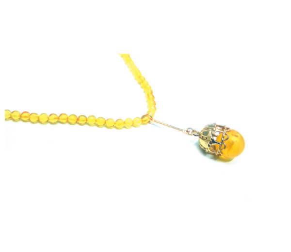Нежные лимонные бусики с кулоном