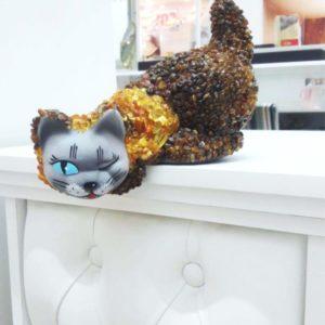 Большой Питерский кот из янтаря купить из солнечного камня. Калининградский натуральный самоцвет от производителя
