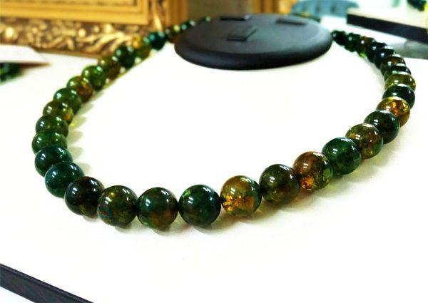Бусы из зеленого янтаря