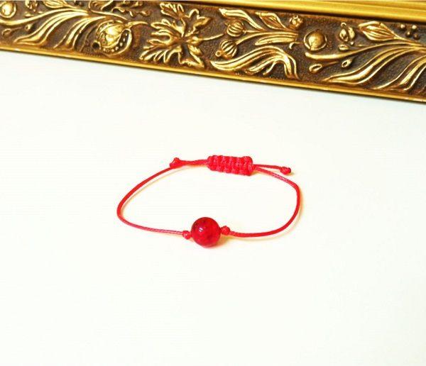 красная нить защитная с янтарем
