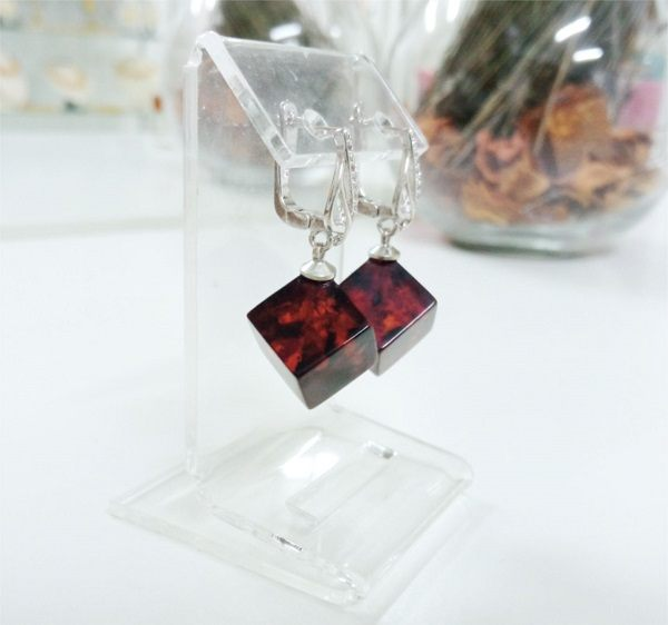 Сережки с янтарем вишневые